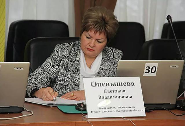 Советницу ульяновского губернатора не будут увольнять за селфи в нефтяной ванне (2 фото)