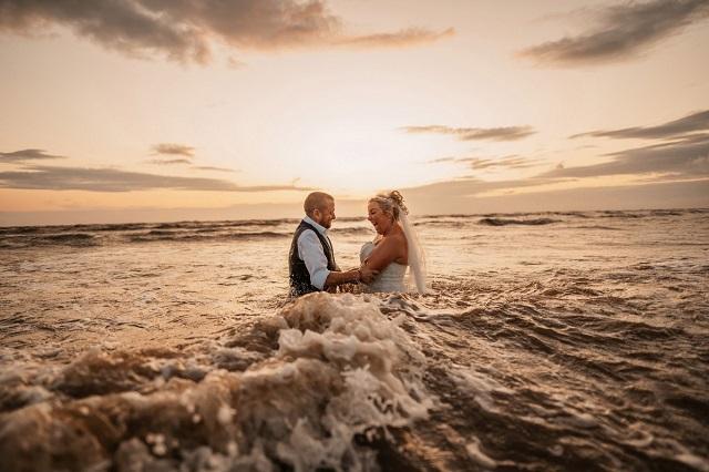 Британка испортила свадебное платье за тысячу фунтов ради забавной фотосессии (9 фото)