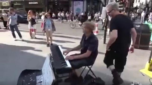 Прохожий ворвался в концерт уличного музыканта, и стало гораздо лучше