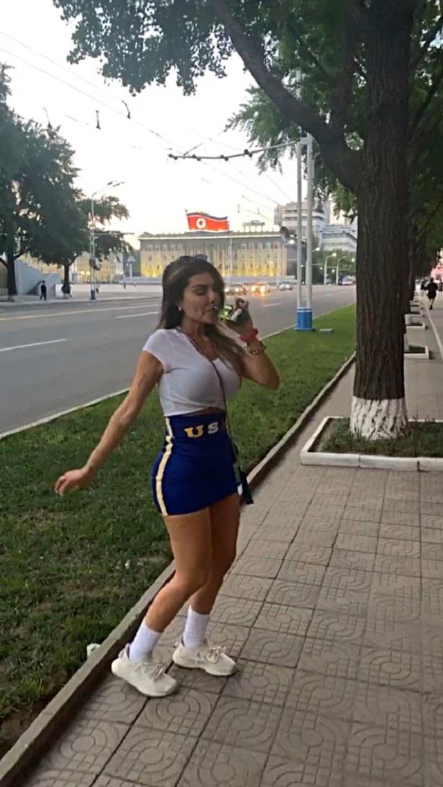 Оторва из Бразилии украла фуражку у военного в КНДР (9 фото)