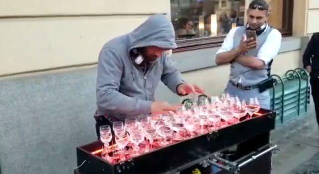 Уличный музыкант заворожил зрителей игрой на бокалах