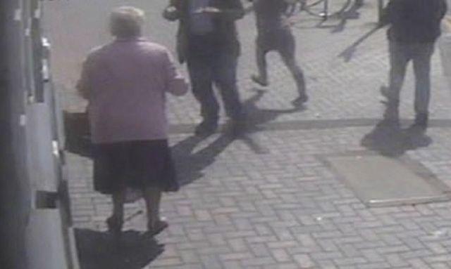 Бабушка отбилась от беременной грабительницы возле банкомата