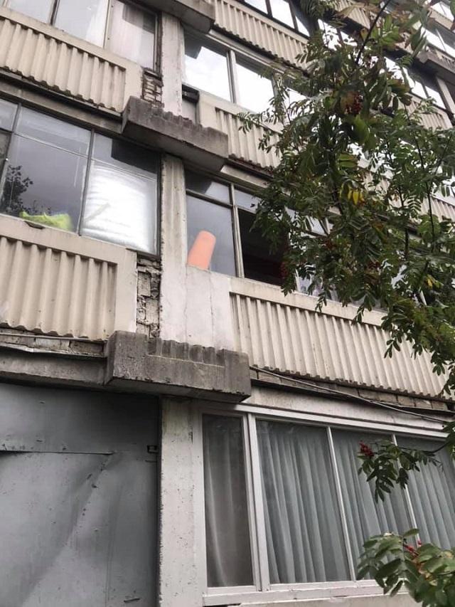 """В Москве курьер """"Яндекс.Еды"""" спас ребенка, который хотел выброситься из окна (2 фото)"""