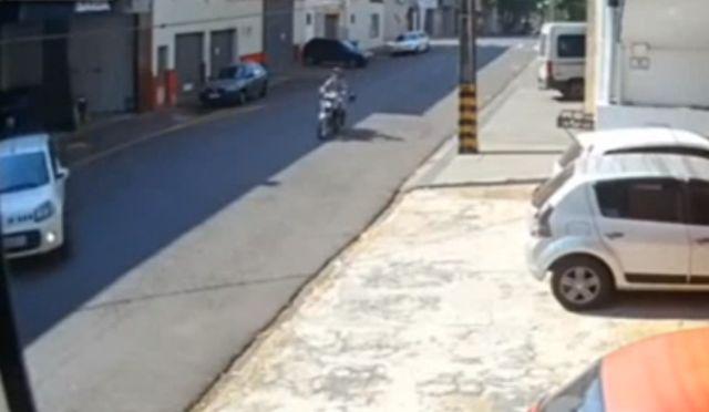Мотоцикл задел резко повернувший автомобиль и сбил пешехода