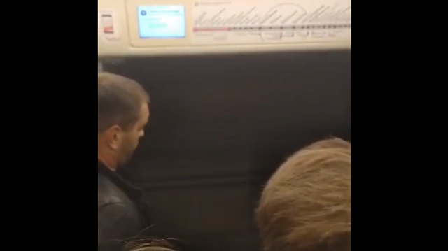 С ветерком: в московском метро вагон едет с открытой дверью