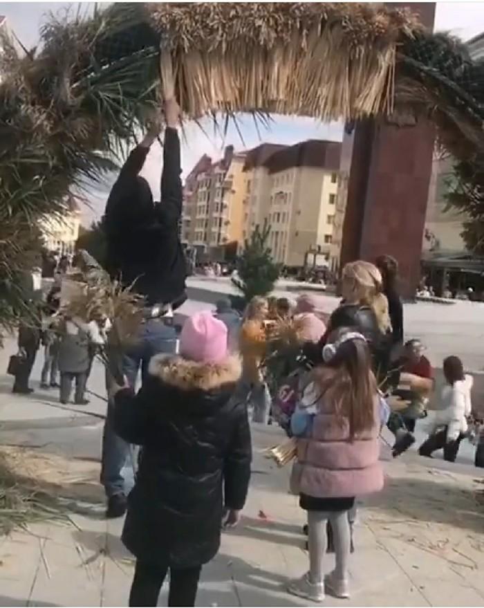 Жители Ставрополя разграбили слона из яблок. Его установили ко Дню города (8 фото)