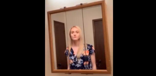 Девушка превратила себя в хор с помощью зеркала