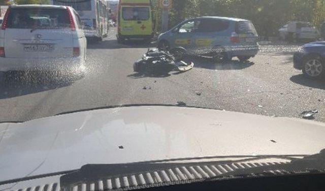 Парень и девушка на мотоцикле врезались в иномарку в Чите (видео + 3 фото)