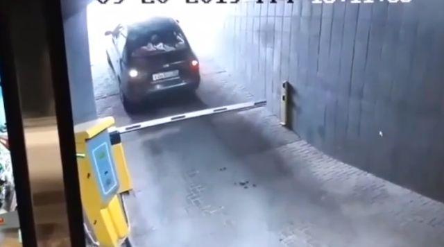 Шлагбаум победил странного водителя на выезде из парковки