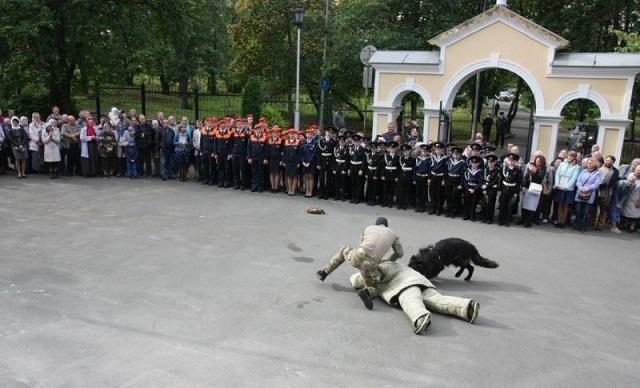 На церковном празднике в Петрозаводске выступили силовики и казаки (10 фото)