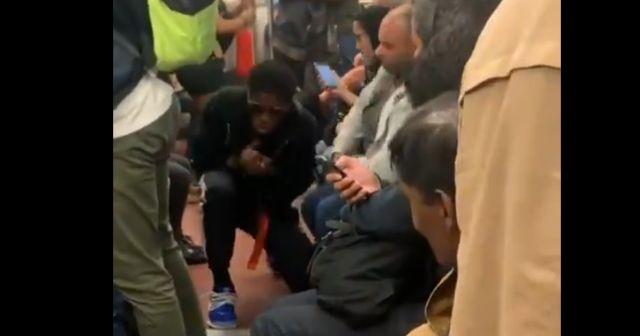 Парень резко запел в метро и распугал всех пассажиров