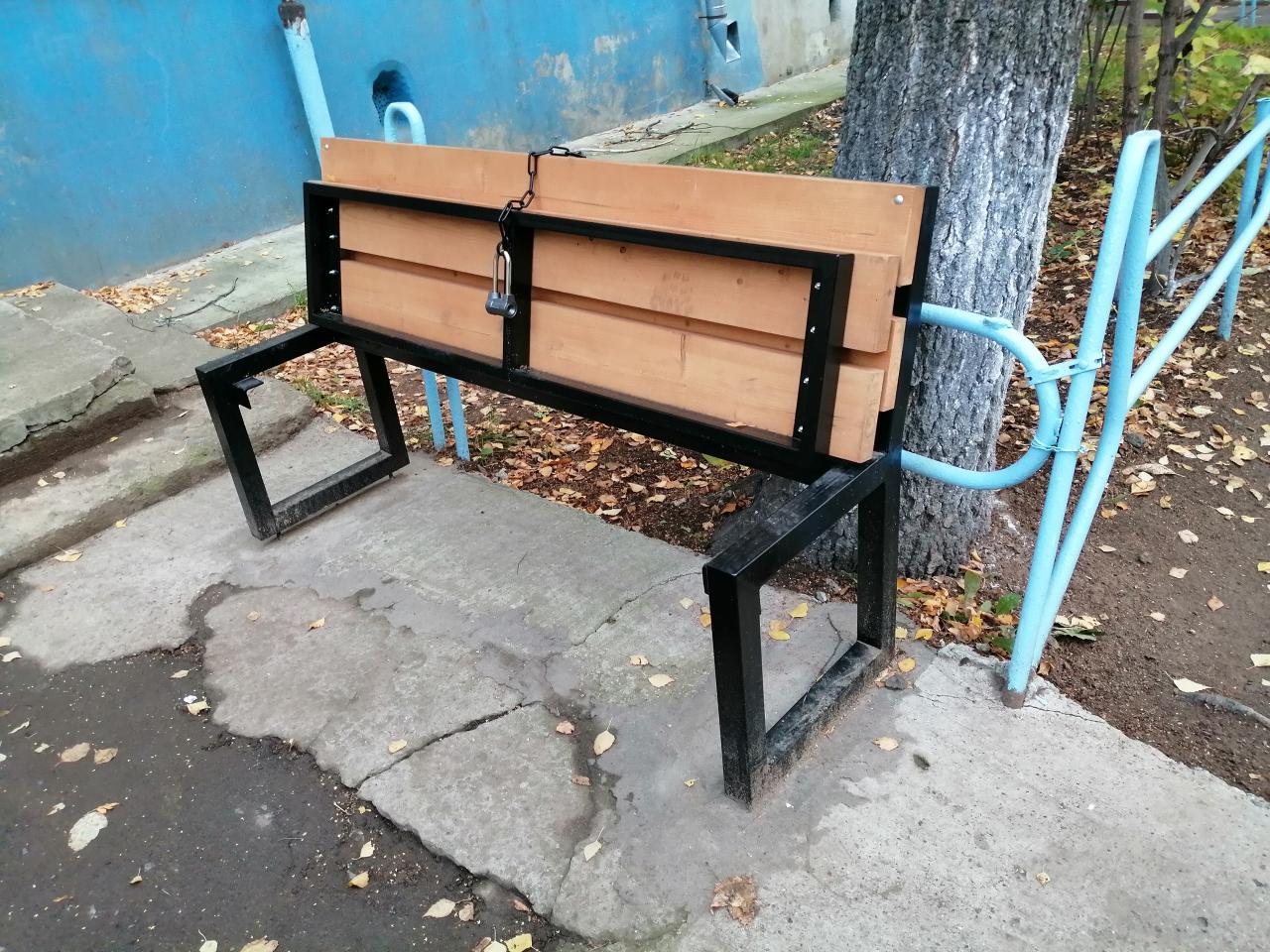 Бабули пошли на крайность, чтобы никто не сидел на любимой скамейке (3 фото)