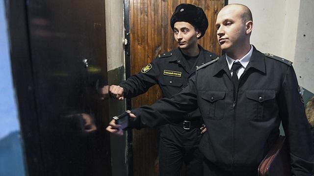 Минюст РФ хочет наделить судебных приставов правом выламывать двери должников
