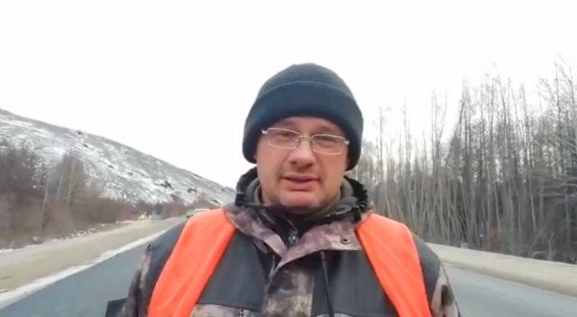 Рабочий объяснил, зачем нужно класть полуметровую дорогу