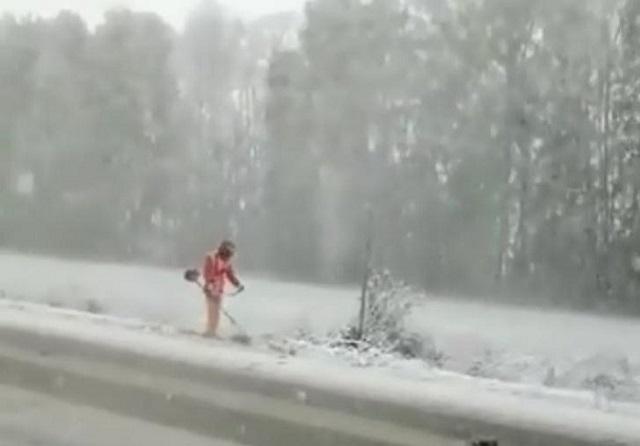 Коммунальщики из Башкирии косят снег