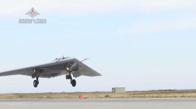 """Минобороны показало видео тестового полета беспилотника """"Охотник"""" в связке с Су-57"""