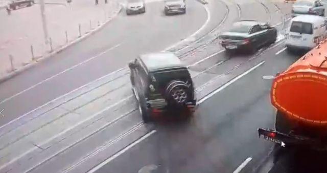 Женщина перепутала педали и устроила хаос на площади в Калининграде (2 видео)