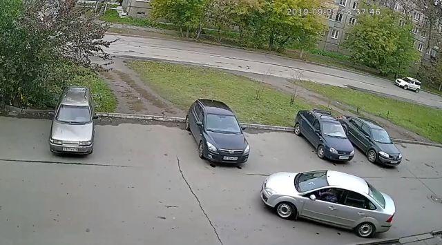 Пьяная дама показала чудеса парковки в Челябинске