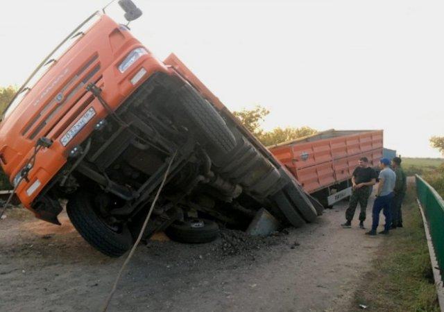 «Немного» перегруженный «КАМАЗ» проломил мост (5 фото + видео)