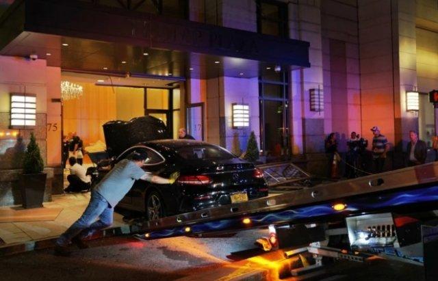 В штате Нью-Йорк машина въехала в вестибюль Trump Plaza (5 фото + видео)