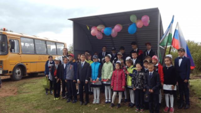 Торжественное открытие остановки за 100 тысяч рублей для шести школьников состоялось в Башкирии (3 фото)