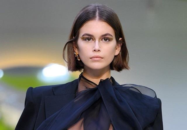 Во время модного показа дочка Синди Кроуфорд случайно обнажила грудь (6 фото + видео)