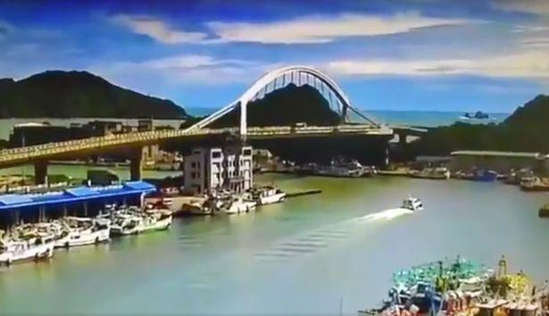 Эпичное обрушение моста в Тайване попало на видео