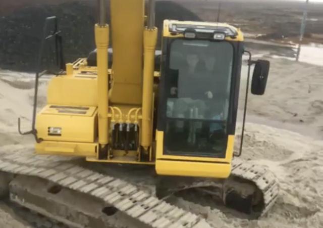 На Ямале рабочий использовал ковш экскаватора как палку для селфи