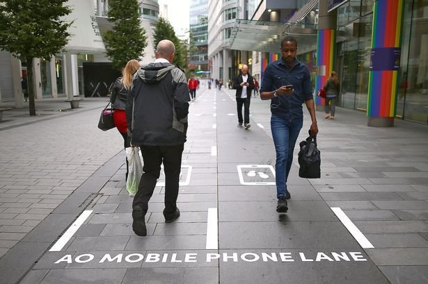 В Британии нашли решение для пешеходов, которые постоянно залипают в телефоны