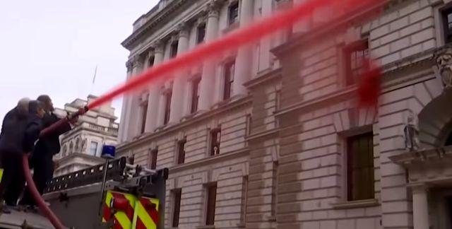 Экоактивисты хотели облить кровью здание казначейства в Лондоне. Но все пошло не по плану (6 фото + видео)