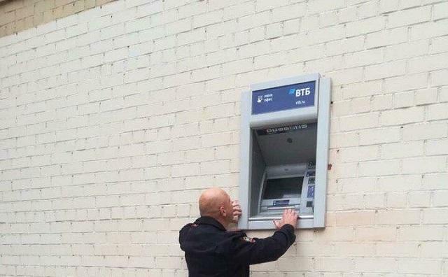На фото самый маленький полицейский в России или банкомат для великанов?