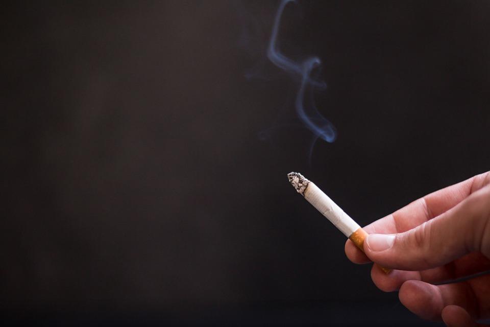 Жителя Ставрополья первым оштрафуют за курение на балконе (2 фото)