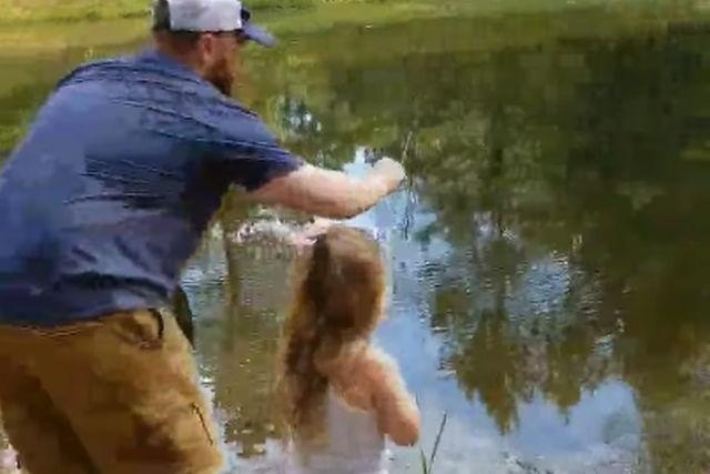 Ты не поверишь, когда увидишь, что девочка поймала на детскую удочку!