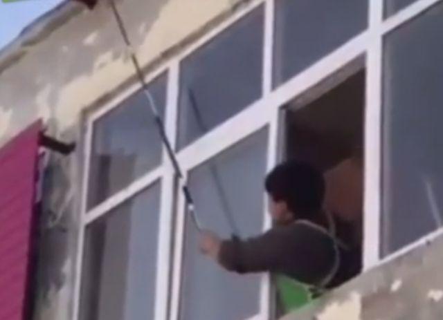 Парень хотел сбить осиное гнездо и попал на неприятности