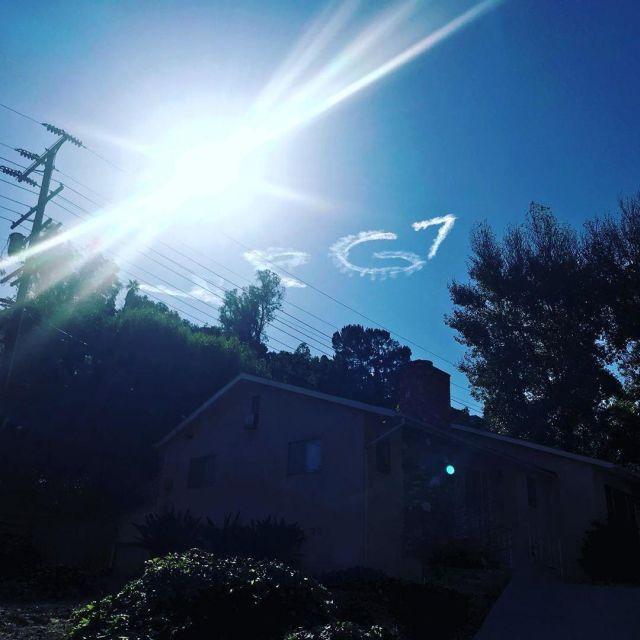 В небе над Лос-Анджелесом написали поздравление Владимиру Путину (3 фото + 2 видео)
