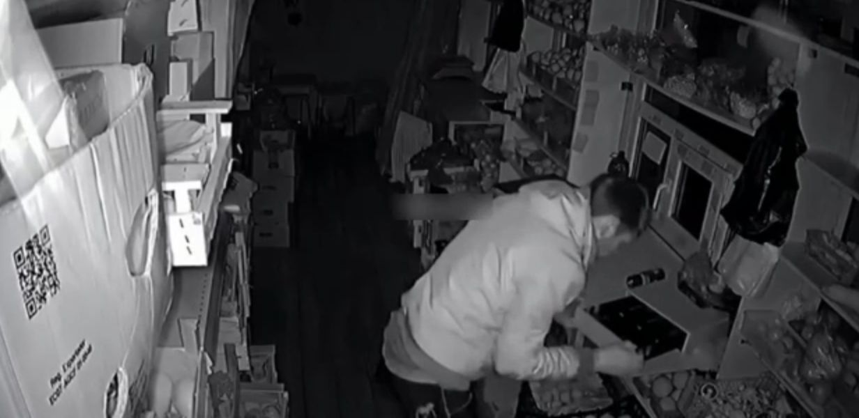 Грабитель встретился взглядом с камерой видеонаблюдения и обомлел