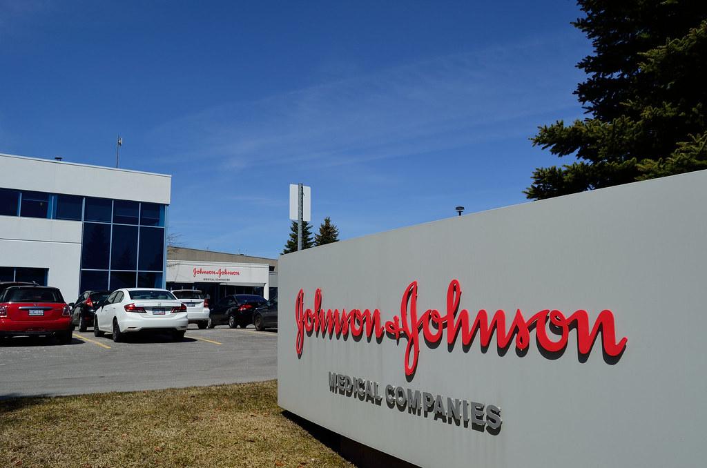 Американец отсудил $8 млрд у компании Johnson & Johnson за выросшую грудь
