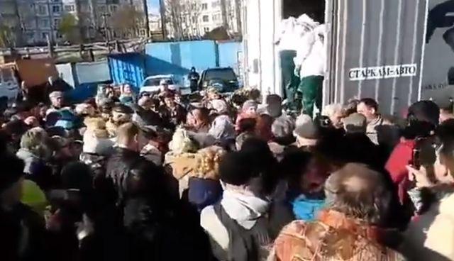 Жители Камчатки устроили давку из-за бесплатной рыбы (3 видео)