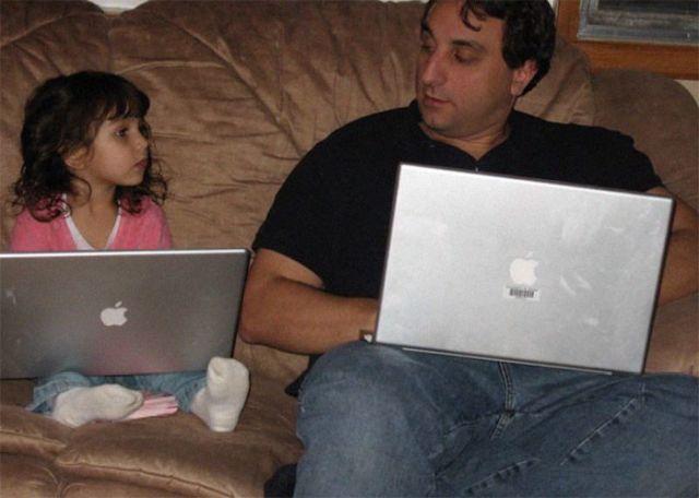 Мужчина делает одинаковые фото с дочерью с 2007 года и за 12 лет он ни капли не постарел (4 фото)