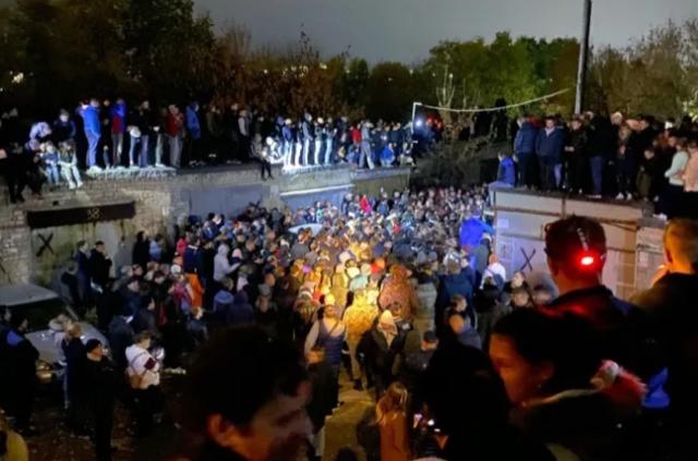 Жители Саратова пытались устроить самосуд над убийцей и начали штурм отдела полиции  (2 фото + 2 видео)