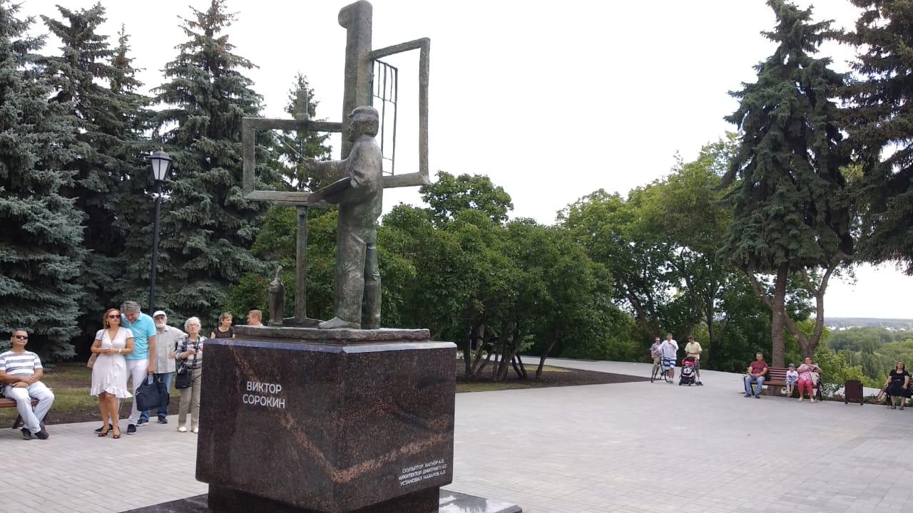 Юный вандал повредил памятник художнику в Липецке (фото + видео)
