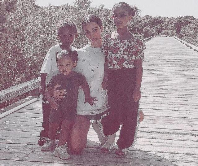 Ким Кардашьян прилетела на историческую родину, чтобы крестить детей (6 фото)