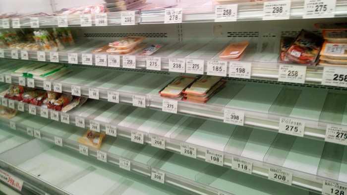 Полки магазинов перед тайфуном в Токио (3 фото)