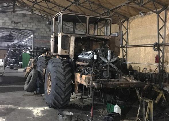 Мужчина приложил титанические усилия и восстановил старый «Кировец» (12 фото)