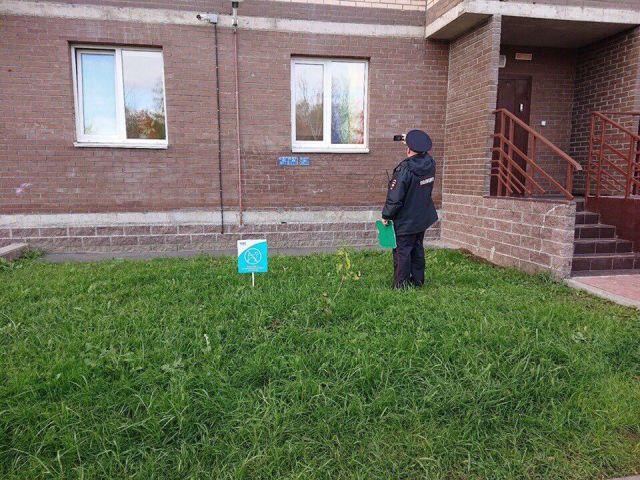 """В Питере бдительный прохожий заметил """"запрещенную"""" символику в окне и вызвал полицию (3 фото)"""