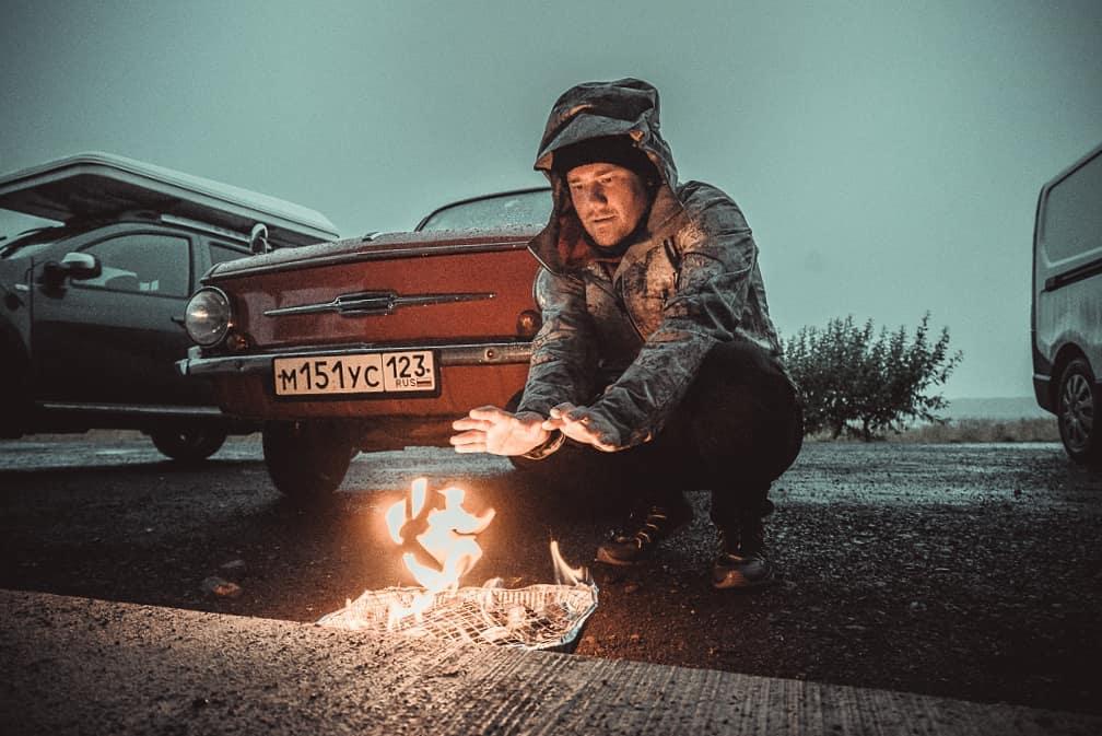 """Россияне доехали до Исландии на красном """"Запорожце"""" (13 фото)"""