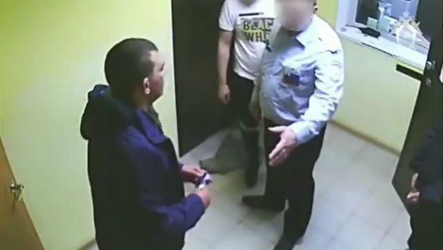 Челябинец закурил в зале ожидания и напал на полицейского