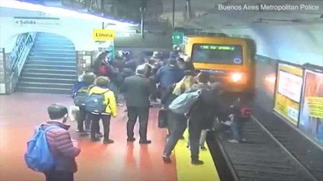 В Буэнос-Айресе мужчина упал в обморок и столкнул девушку под поезд