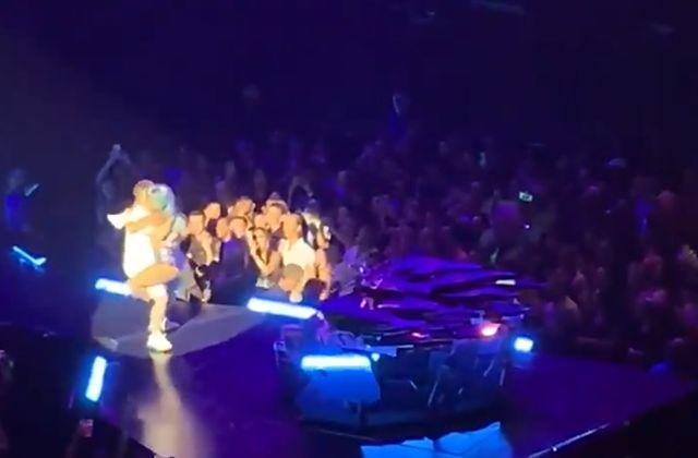Леди Гага запрыгнула на фаната, и они вместе рухнули со сцены (3 видео)