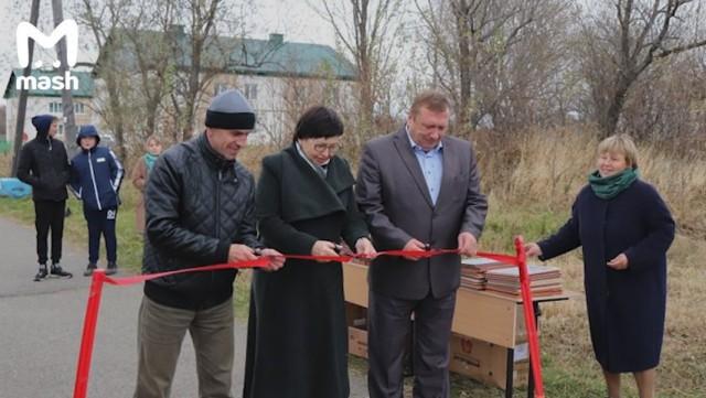 Торжественное открытие школьной аллеи за полмиллиона рублей (3 фото)